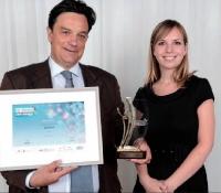 Ronan de Kervenoaël (Apiterra) a reçu ce prix des mains de Céline Tridon (Chef d'Entreprise Magazine), à droite.