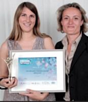 Aline Buscemi de Miliboo.com a reçu le deuxième prix du Dirigeant de PME 2011 des mains d'Héloïse Daniel-Clot (Caisse d'Épargne), à droite sur la photo.