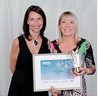 Véronique Garnodier de Charlott' a reçu le troisième prix du Dirigeant de PME de l'année 2011 des mains de Stéfanie Moge-Masson (Éditialis), à gauche sur la photo.