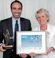 David Amsellem (John Paul) a reçu ce prix des mains de Marie-Christine Oghly (FCE France).