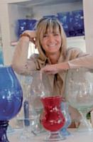 Anne Lechaczynski et quelques créations en verre «bullé», marque de fabrique de la Verrerie de Biot.