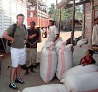 Franck Bonfils a signé un partenariat avec une association de paysans malgaches qui cultivent des arachides et des noix.