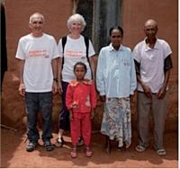 Marc Brunet a profité du trail, la Diagonale des fous, pour mettre en lumière le projet «Aventure en solidaire» et parrainer une petite fille malgache (au centre, au dessus).