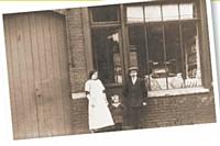 Les aïeux de Maxime Holder posent devant la première boulangerie familiale, à Croix (Nord) en 1913.