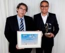 Hassan Nanaï (Opsine, à droite) s'est vu remettre son prix par Gérard Bouhanna (OKI)
