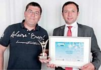 Erwann Créac'h (A l'aise Breizh, à g.) a reçu son prix des mains de Didier Gambart (Toyota).