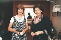 Virginie Escourrou (à gauche) a racheté le salon de coiffure de Françoise Gomez (à droite), qui reste salariée pour s'assurer un complément de retraite.
