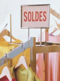 Affichez les dates de vos soldes libres en vitrine et à l'intérieur du point de vente.