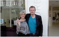 Stéphane Bellamy, gérant d'un magasin d'accessoires pour la coiffure, travaille avec sa mère, Catherine, depuis trois ans.