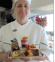 Le pâtissier tarnais, Guy Roux, compte étoffer sa gamme de douceurs allégées constituée pour l'heure de deux verrines et detrois gâteaux individuels.