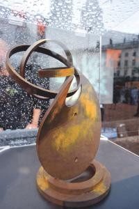 Le trophée du concours Lyon Shop & Design 2009 a été réalisé par le joaillier et sculpteur lyonnais Xavier de Fraissinette.