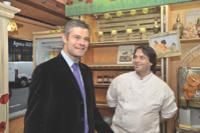 Laurent Wauquiez, secrétaire d'Etat à l'Emploi, a célébré la 500 000e embauche réalisée grâce au dispositif zéro charges lors de la visite d'une boulangerie parisienne.