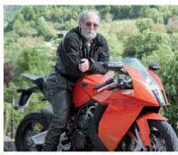 Passionné de moto Georges Pontvianne, gérant d'un hôtel-restaurant, invite des journalistes spéciaIistes des deux-roues pour accroître sa notoriété auprès des motards.