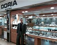 Brice Doria, devant la bijouterie implantée dans le centre commercial de Domont-Moisselles.