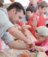 Faire vivre son stand est un élément capital. Lors du salon régional l'Artisan au Grand Cours, ce fleuriste anime un atelier avec des enfants.
