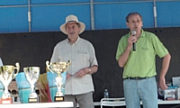 Les membres de l'Association remettent des prix à l'occasion d'Auto rétro 2010.