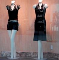La mise en place de mannequins permet de personnaliser la vitrine et de mettre en valeur les produits.