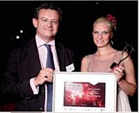 Alexia Lesage a reçu le 1er prix des mains de Pierre Brunhes (DGCIS).