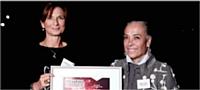 Isabelle Laraque (à droite) s'est vu décerner le prix par Alexandra Bouthelier (FCA).