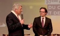 André Marcon (à gauche), président de l'ACFCI, a remis à Frédéric Lefebvre les «Cahiers de l'espérance du commerce».
