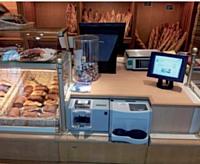Dans le secteur alimentaire, un espace caisse informatisé améliore l'hygiène du point de vente en limitant les contacts avec l'argent liquide.