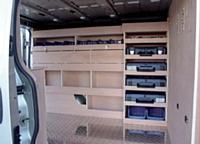 La spécificité de certains aménageurs, comme Alaska, consiste à jouer sur la polyvalence. Il est alors possible de combiner des aménagements bois et métal et d'associer les avantages de l'un et l'autre, afin d'obtenir les meilleurs rapports poids/résistance et qualité/prix.