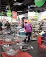 Le magasin Hema, à Paris, gare Saint-Lazare, privilégie l'achat d'impulsion et met en scène une signalétique forte avec, notamment, des présentoirs boules.