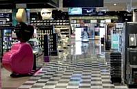 A l'aéroport Charles-de-Gaulle, l'enseigne Buy Paris Duty Free mise sur l'achat plaisir. De larges allées accueillent les voyageurs en transit. Les installations sont étudiées pour faciliter le parcours des clients, qu'ils soient pressés ou qu'ils aient tout leur temps.