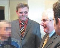 Le 25 janvier 2006, le Garde des Sceaux, Pascal Clément (à droite), s'est déplacé dans le salon de coiffure de Jean-Paul Eberlin (au milieu), parrain de Xavier (à gauche et flouté).