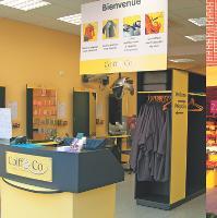 Un accueil minimaliste, des prestations formatées Coiff & Co se distingue des salons traditionnels. Un forfait shampooing/brushing coûte, ici, 18 euros.