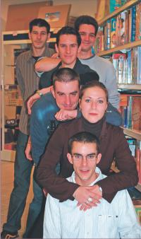 Du premier au dernier plan: Gaëtan Guittard, Sophie Gauthier, Dominik Guittard, Romain Garnier, Vincent Michaud, Gaël Fréret: une partie de l'équipe de Passion Jeux.