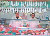 Yvon Wallenne (à gauche) a ouvert une boucherie à Soursac (Corrèze) il y a deux ans. Depuis, son chiffre d'affaires a augmenté de 50%.