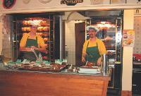 La boulangerie et la rôtesserie se sont partagées les 250 m2 d'un ancien garage automobile.