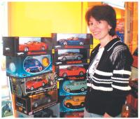 Pour Annouck Gentil, la vente de miniatures d'autos est un franc succès.