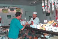Après un bref passage dans la grande distribution, Alain Charron a ouvert, il y a 25 ans, sa propre boucherie qu'il agrandit au fil des années.