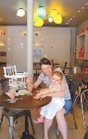 Le Poussette Café accueille les tout-petits et leurs parents et propose des ateliers animés par des professionnels ainsi qu'une gamme de produits dédiée à l'enfance.