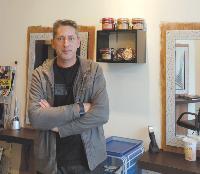 Dans son salon de coiffure, Fabrice Galli n'hésite pas à valoriser ses produits écolos. Il effectue également tous ses soins avec.
