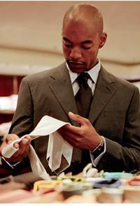 Pour inciter au «coup de coeur», pensez à favoriser, via l'agencement des articles, les associations d'idées du client, comme exposer les cravates non loin des chemises...