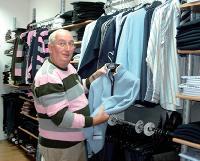Louis Bellefont a fait une sélection de vêtements dans sa boutique de prêt-à-porter pour récompenser les vainqueurs d'un tournoi de golf amateur.