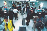 Depuis le 6 novembre 2006, les voyageurs ne peuvent plus emporter à bord des avions des produits liquides, gels, pâtes et autres aérosols dont le contenant (bouteille, pot, tube) est égal ou supérieur à 100 ml.