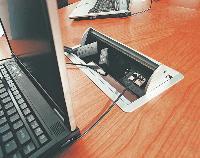 Un emplacement spécial pour brancher l'ordinateur portable, telle est l'idée reprise par Macé, spécialiste du mobilier en bois, pour ses tables de réunion ultramodernes. Le mariage entre les essences nobles et la technologie semble parfaitement réussi.