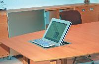 Une table de réunion avec ordinateur intégré, telle est l'une des dernières possibilités proposées par les fabricants (ici Macé) pour marier technologie et mobilier.