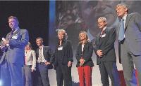 L'équipe des acheteurs de Daniel Delacour, vice-président central purchasing (au premier plan à gauche) de Thaïes division Aerospace, a été récompensée pour son projet H@ avec le trophée «Direction et équipe achats de l'année 2007».