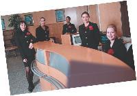 Choisir entre hôtesses salariées et agence externe