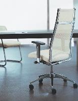Ce siège de direction de la gamme Sinkra de GDBI illustre le mariage sobre du design et du confort, avec son dossier en tissu tendu, son mécanisme synchrone et son assise réglable en profondeur.