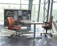 Série [f] comme flexible chez Kinnarps, ou la mode du bureau assis-debout.