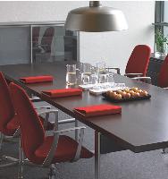 La salle de réunion est désormais un espace polyvalent dans l'entreprise. Ses usages démultipliés incitent acheteurs et services généraux à opter pour un mobilier adaptable.