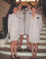 Les agences d'accueil proposent leurs propres uniformes, mais rien n'empêche une entreprise de commander une tenue spéciale pour un évnément.