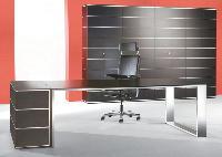 Exit les courbes. Les formes sobres et rectangulaires sont à l'honneur pour ce bureau de la gamme Sitag Prime du fabricant Samas.