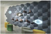 Briques murales Echo Wall de Steelcase. Ce système de briques murales acoustiques permet d'atténuer le niveau sonore ambiant, tout en offrant des fonctions de rangement (étagères, niches) et d'éclairage.